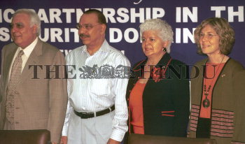 Image Id : 2616003 <span>Date : 2004-04-06 <span>Category : Politics</span>