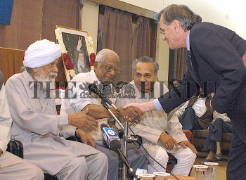 Image Id : 3871616 <span>Date : 2004-11-23 <span>Category : Politics</span>