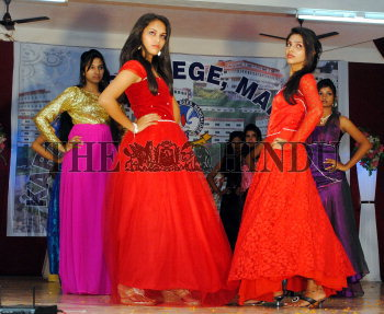 Sashaying In Sari Students Of Different Colleges Participating In A Fashion Show At Design The Hindu Images